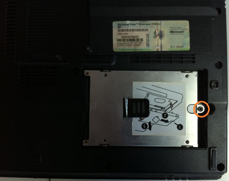 Cum se inlocuieste HDD la HP Compaq 6710b surub 2